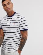 Camiseta con cuello henley de piqué a rayas en blanco/azul marino y lo...
